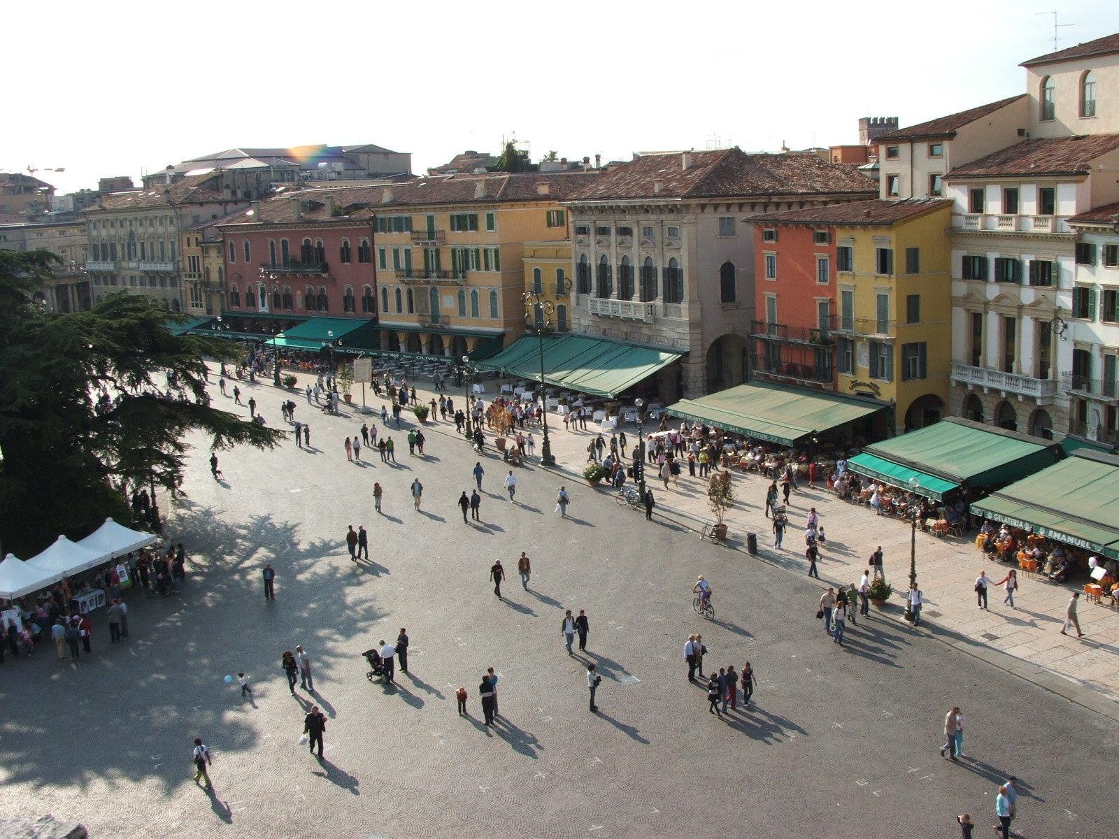 Verona_-_Piazza_Bra