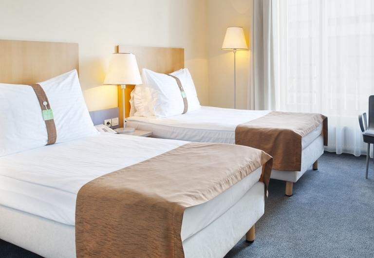 hotel-holiday-inn-room-221