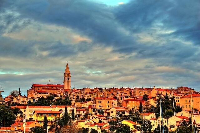 tiefstehende rote Sonne scheint Stadt Vrsar Istrien an